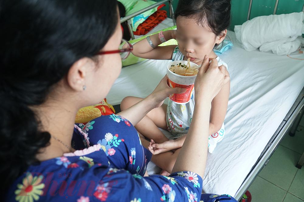 Bé N.N.D. (4 tuổi, ở Bình Dương) nhập viện đã 4 ngày, mẹ của bé mừng rỡ khi con đỡ bệnh, bớt sốt và thèm ăn. Chị nói: Đây là lần đầu tiên con tôi bị sốt xuất huyết nên ban đầu tôi rất lo lắng, những ngày đầu nhập viện bé sốt cao lắm, bây giờ đỡ hơn rồi, chắc vài ngày nữa sẽ được xuất viện thôi. Trước bé D., chỗ tôi ở cũng có vài bé bị sốt xuất huyết.
