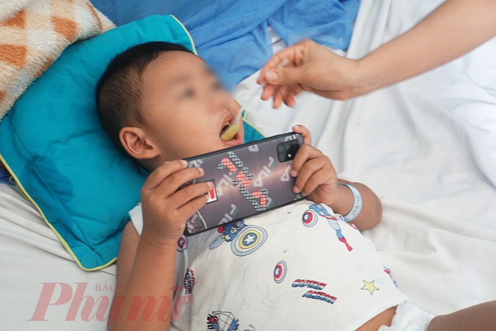 Bệnh viện Nhi đồng 2 ghi nhận, từ đầu tháng 8/2020 số lượng trẻ mắc sốt xuất huyết đến bệnh viện khám bắt đầu có dấu hiệu tăng, hiện tại đã có hơn 30 ca trẻ mắc sốt xuất huyết phải nhập viện điều trị.