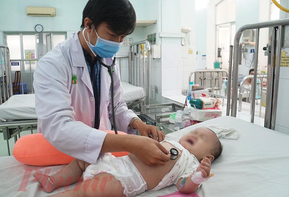 Bác sĩ Phạm Thái Sơn - Khoa Nhiễm, Bệnh viện Nhi đồng 2 khám cho bé N.H.O. (9 tháng tuổi, ở Đồng Nai) được đưa đến trong tình trạng sốc sốt xuất huyết, lơ mơ, bỏ bú,... phải điều trị và chăm sóc tích cực. Hiện bé đang hồi phục, tuy nhiên cần được theo dõi sát phòng ngừa biến chứng.