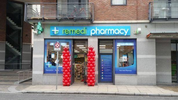 Clodagh đang làm việc tại tiệm thuốc Remedi Pharmacy - Ảnh: Dublin Live WS)