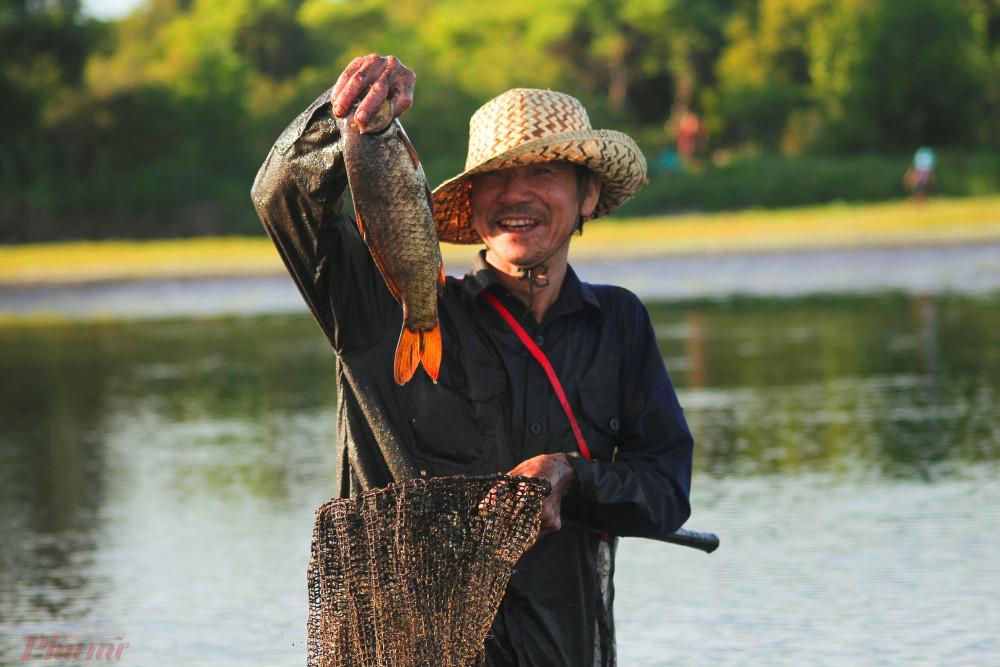 Nội quy bắt cá chỉ được bắt bằng nơm, lưới hoặc vợt và chỉ bắt cá lớn, còn cá nhỏ để dành cho mùa sau. Khi bắt được cá lớn, người bắt cá phải hô lên thật to để động viên những người tham gia khác. Lễ hội thực sự là một chuyến săn cá đầy thú vị