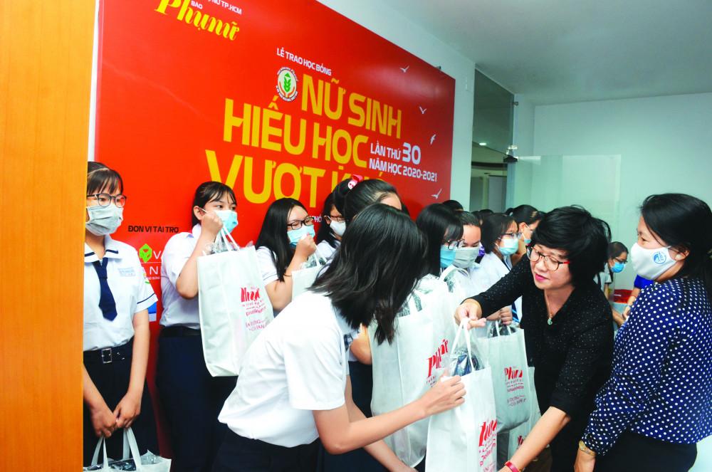 Bà Lê Huyền Ái Mỹ - Tổng biên tập Báo Phụ Nữ TPHCM trao học bổng Nữ sinh hiếu học, vượt khó ngày 13/9 - ẢNH: PHÙNG HUY