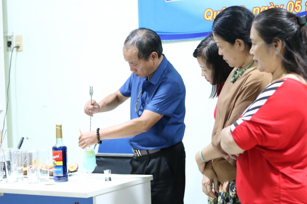 Thầy Huỳnh Phước Hưng hướng dẫn học viên pha chế thức uống.
