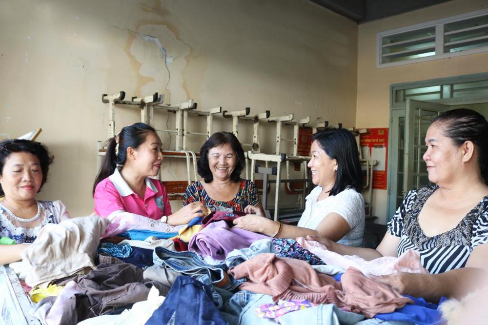Chị Thuy (thứ 2, từ phải qua) dành thời gian chăm chút tủ quần áo 0 đồng