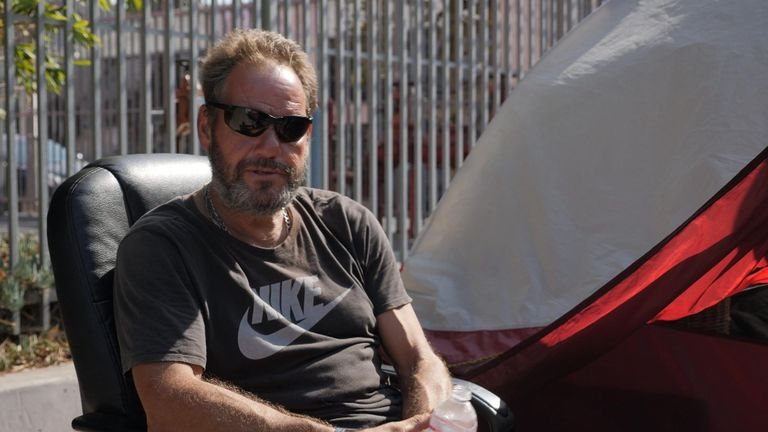 Scott Campbell từng có một khoản thế chấp, nhưng hiện ông sống trong một căn lều - Ảnh: Sky News