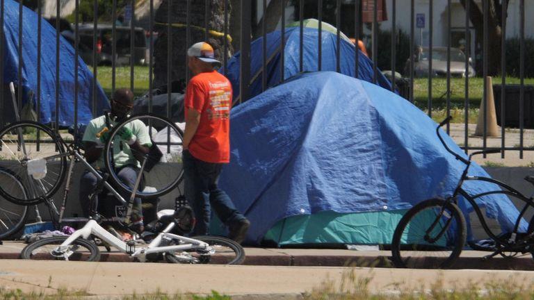 Nhiều dãy lều nay chiếm hết vỉa hè những con phố của khu nhà giàu Venice Beach - Ảnh: Sky News