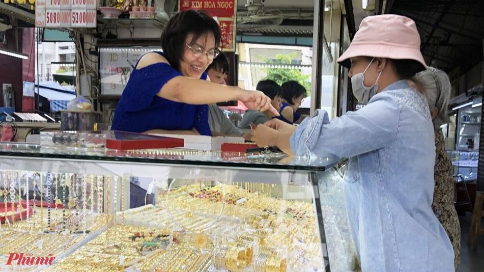 Khi mua vàng, khách nên lựa chọn cửa hàng uy tín để tránh mua sản phẩm không đạt chất lượng