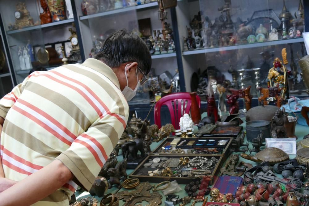 Chú Đặng Hưng Hùng (ngụ quận Bình Thạnh) thường dành thời gian rảnh đến chợ đồ cổ Cao Minh để tham quan. Theo chú Hùng, lượng khách tại chợ đã nhỉnh hơn so với mấy tuần trước, khung cảnh tại đây cũng bắt đầu nhộn nhịp trở lại.
