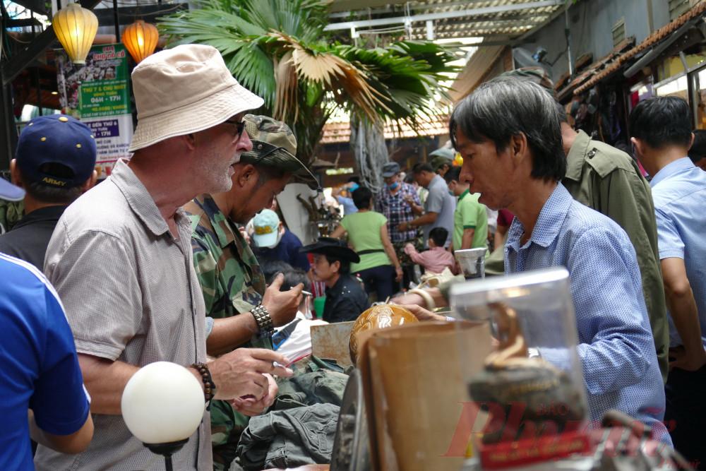 Nhiều vị khách Tây cũng thường xuyên lui tới chợ đồ cổ để tìm kiếm nhứng món đồ quý hiếm. Những người bán hàng ở chợ đồ cổ Cao Minh rất hào sảng đón tiếp khách, không hề tỏ thái độ khó chịu nếu khách chỉ xem mà không mua hàng.