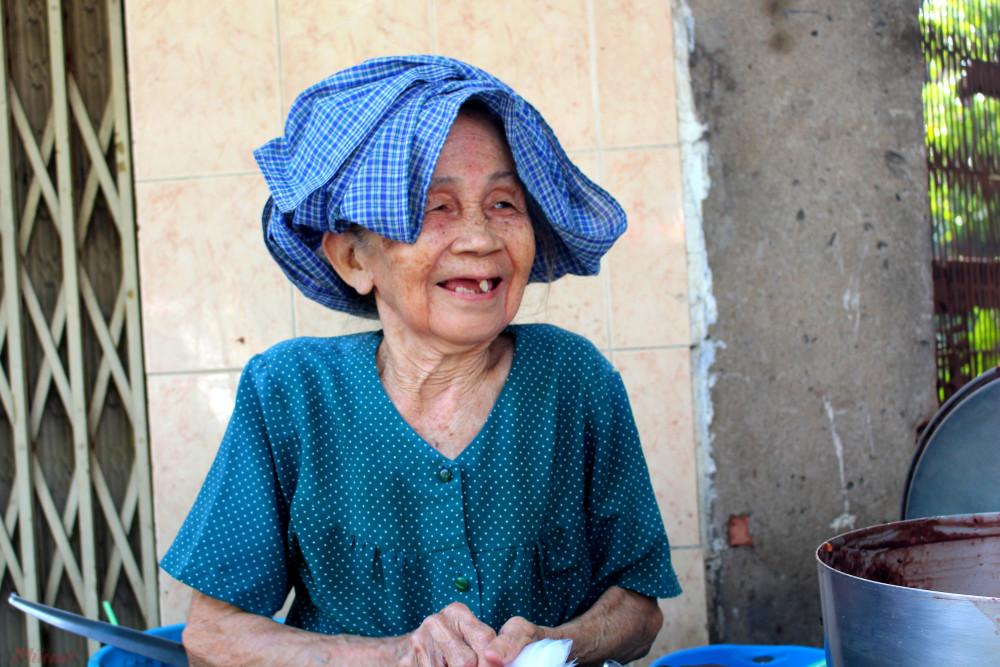 Cụ Phùng Thị Để nở nụ cười thật tươi khi trò chuyện với thực khách.