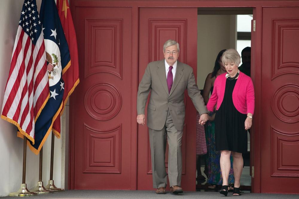 Đại sứ Mỹ tại Trung Quốc, Terry Branstad và vợ, Christine xuất hiện tại nơi cư trú ở Bắc Kinh.