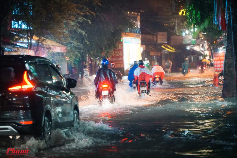 Tuyến đường Nguyễn Văn Quá, Quận 12 có nhiều điểm ngập sâu trong nước