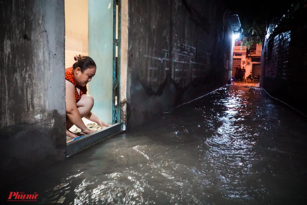 Người dân lao dọn nhà cửa không kịp trở tay khi lượng nước bất ngờ đồn đến
