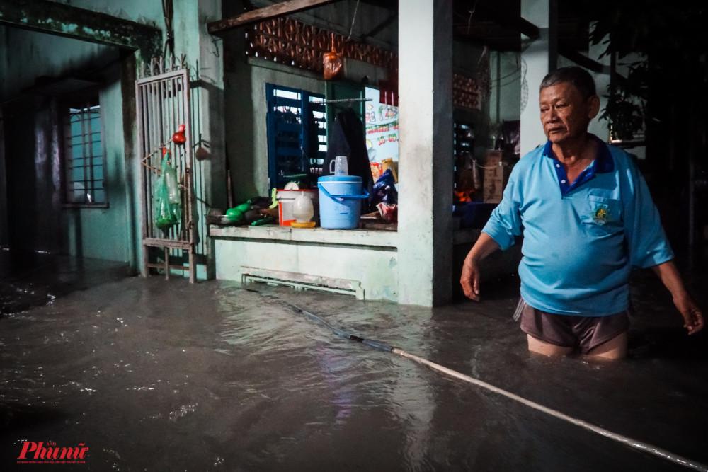 căn nhà trong hẻm 507 Nguyễn Văn Quá đã ngập gần đến thắt lưng