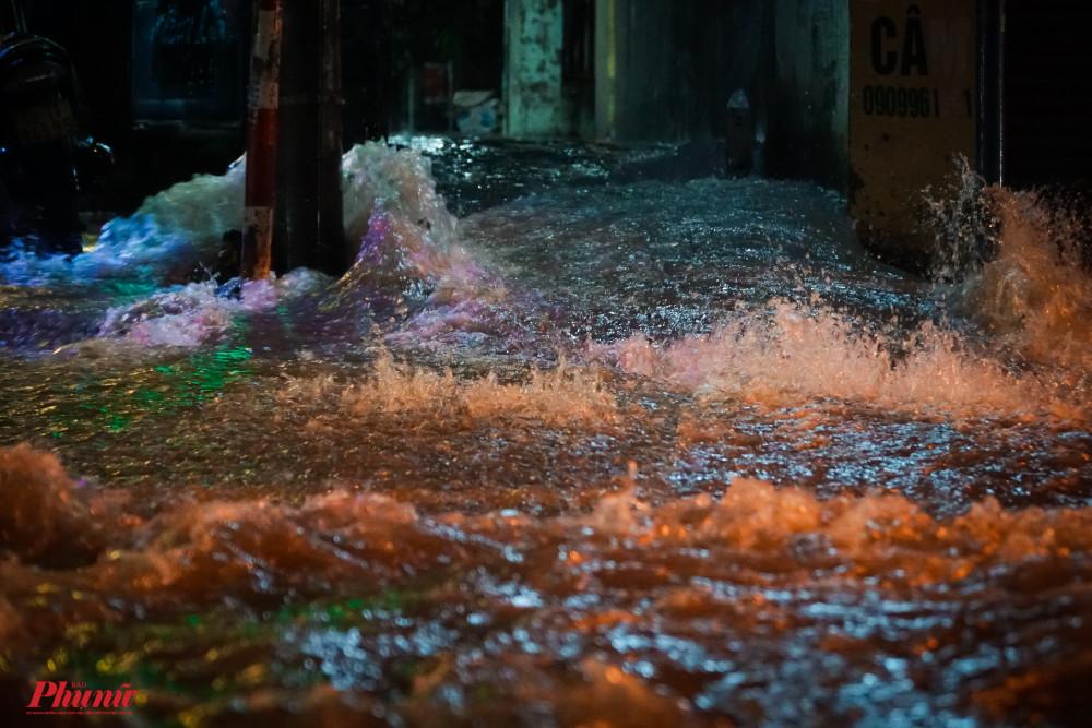 Lượng nước tại 1 cpn hẻm dồn ra đường như thác đổ