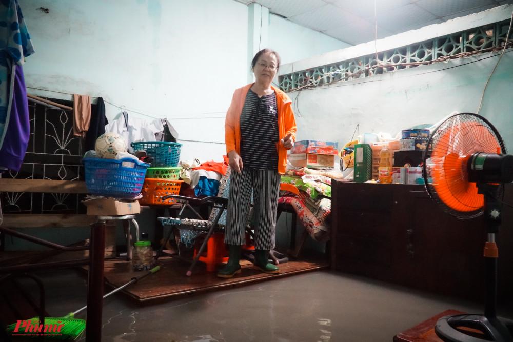 Người phụ nữ đứng trên ghế chờ nước rút để dọn dẹp nhà