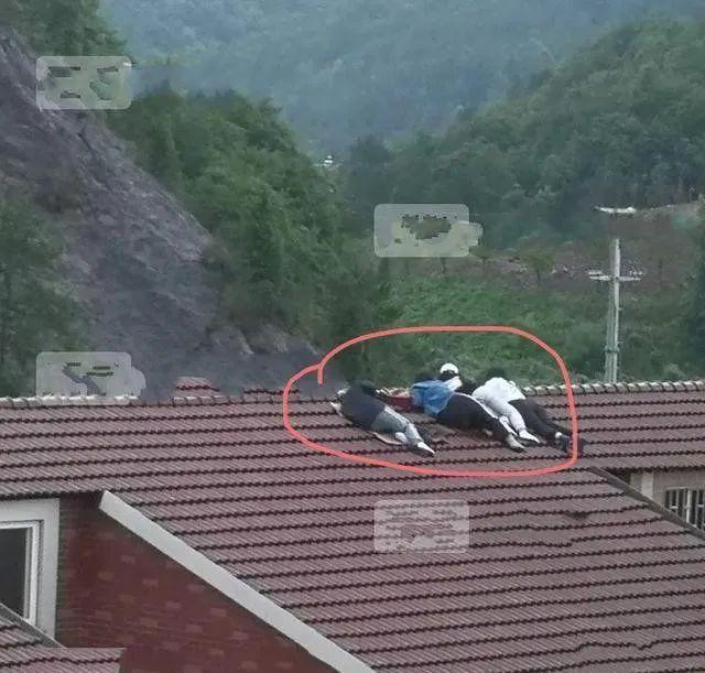 Các tay săn ảnh dùng mọi cách để có được hình ảnh, dùng flycam, trèo lên nóc nhà...