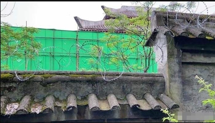 Xung quanh trường quay Hạo y hành được bao lưới xanh, dây kẽm gai