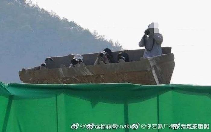 Đội săn ảnh thuê máy xúc để được đưa lên cao chụp ảnh