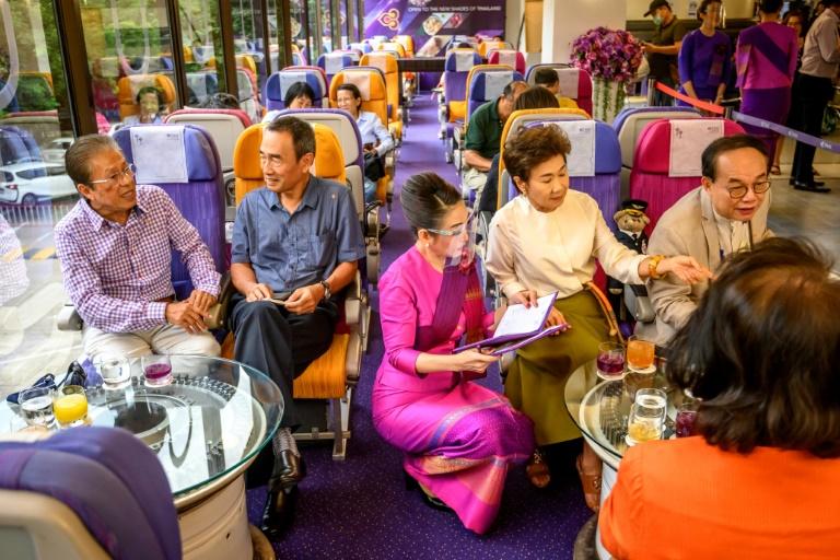 """Tại quán cà phê ngay trụ sở của hãng Thai Airways ở Bangkok, thực khách dường như tỏ ra rất nhớ đồ ăn trên máy bay khi họ ngấu nghiến món mì carbonara được phục vụ bởi các """"tiếp viên hàng không"""" trên… mặt đất. Ảnh: AFP"""