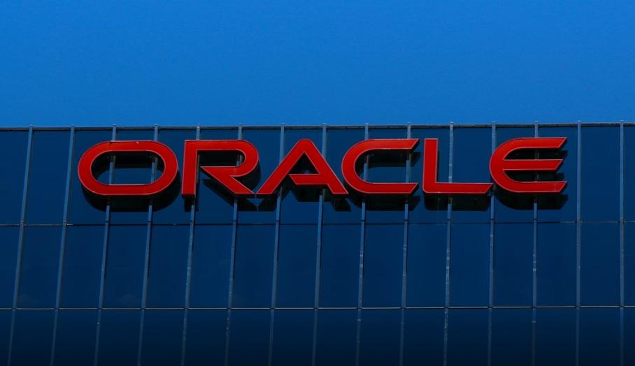 Oracle là một công ty công nghệ có trụ sở tại bang Virginia, và là một đối thủ của Microsoft về phần mềm.