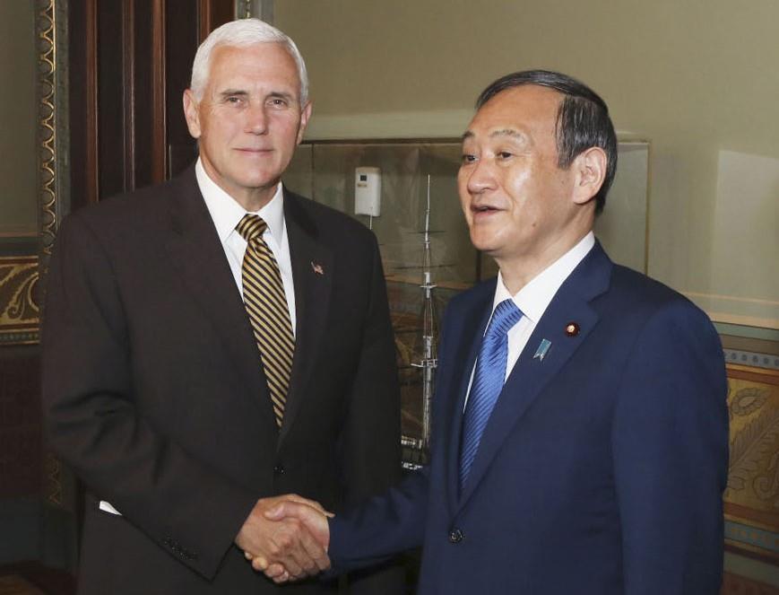 Phó tổng thống Mỹ Mike Pence (trái) đón tiếp ông Suga tại Nhà Trắng ngày 10/5/2019 - Ảnh: Kyodo