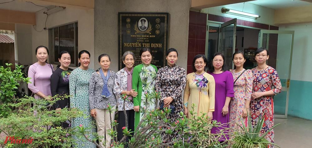 Hội LHPN TPHCM chụp hình cùng cháu gái cô Định