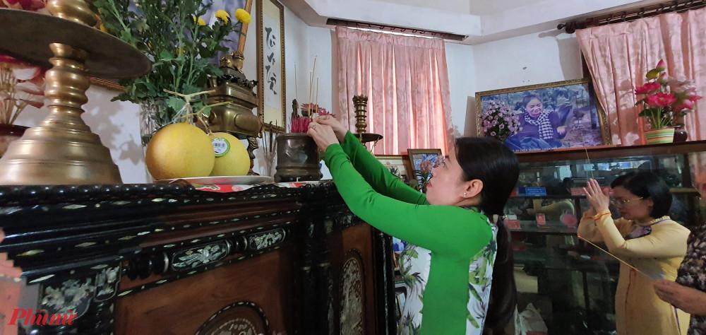 Bà Nguyễn Trần Phượng Trân - Chủ tịch Hội LHPN TPHCM thấp hương tưởng nhớ cô ba Định