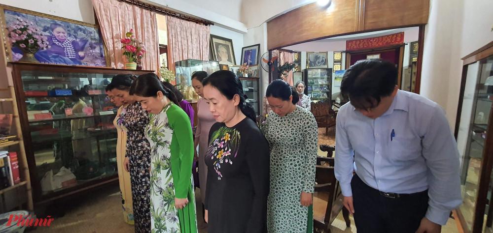 Đoàn cán bộ Hội LHPN TPHCM dành phút mặc niệm tưởng nhớ cô ba Định