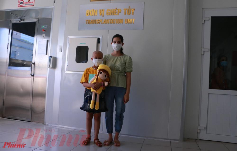 Hai mẹ con bệnh nhân Trần Nguyễn Tú Q. trước giờ về lại Kiên Giang