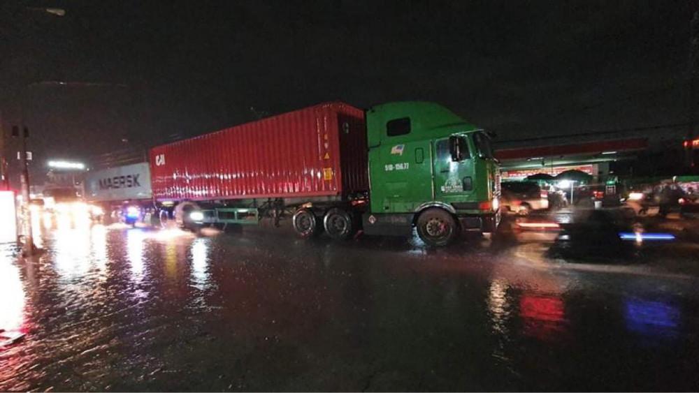 Xe container chạy thêm một đoạn khoảng 50m mới dừng lại