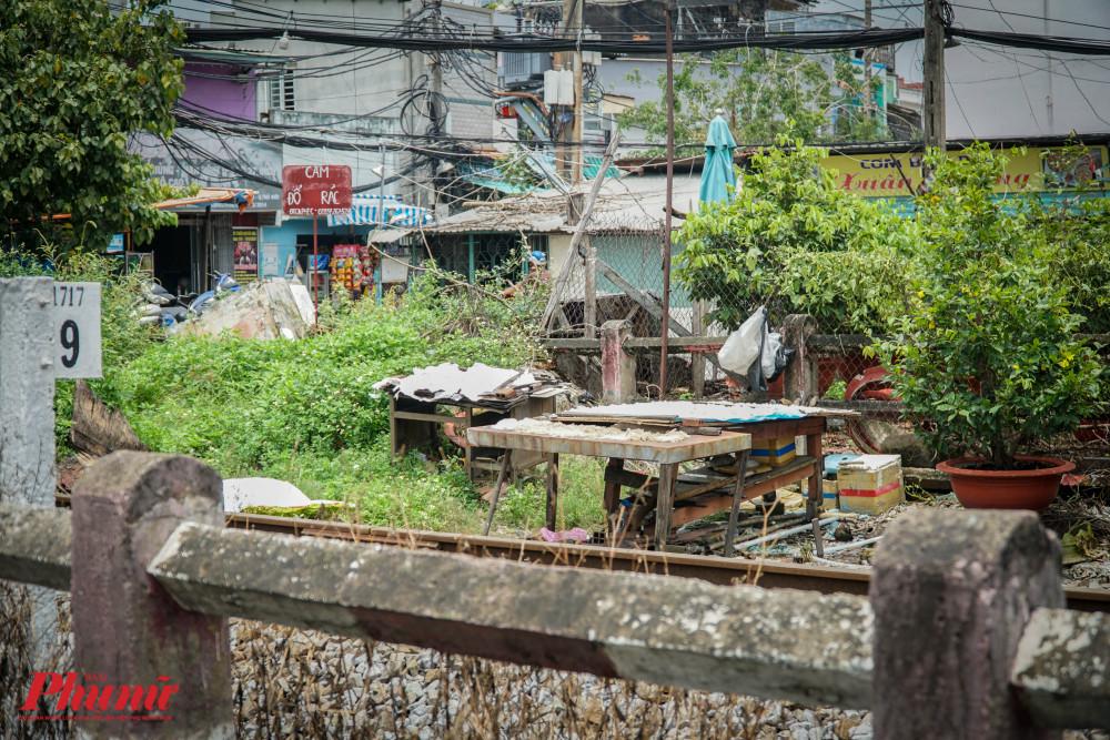 Tại một điểm trên đường Kha Vạn Cần, người dân còn đem cả cơm khô, bún khô ra đường ray phơi