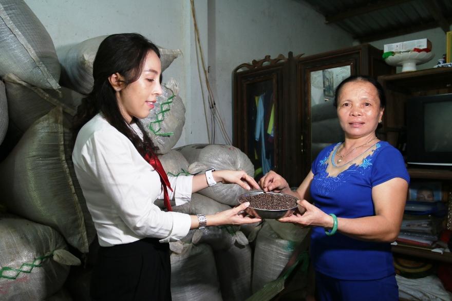 Bà Nguyễn Thị Nga giới thiệu đặc sản tiêu của gia đình. Ảnh: Agribank