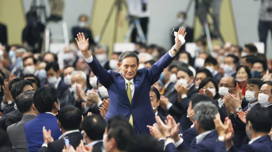 3Người đứng đầu chính sách của Đảng Dân chủ Tự do Fumio Kishida (từ trái sang phải), Thủ tướng Shinzo Abe, Chánh văn phòng Nội các Yoshihide Suga và cựu Tổng thư ký LDP Shigeru Ishiba nắm tay nhau sau cuộc bầu cử tổng thống của đảng được tổ chức tại Tokyo hôm thứ Hai. Suga đã đánh bại Kishida và Ishiba để giành vị trí hàng đầu của nhóm