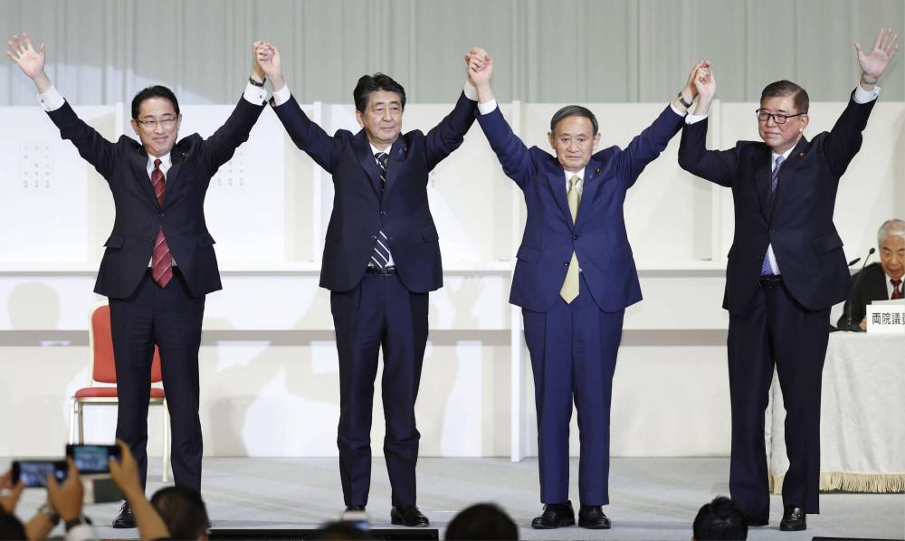 Người đứng đầu chính sách của Đảng Dân chủ Tự do Fumio Kishida (từ trái sang phải), Thủ tướng Shinzo Abe, Chánh văn phòng Nội các Yoshihide Suga và cựu Tổng thư ký LDP Shigeru Ishiba nắm tay nhau sau cuộc bầu cử tổng thống của đảng được tổ chức tại Tokyo hôm thứ Hai.  Suga đã đánh bại Kishida và Ishiba để giành vị trí hàng đầu của nhóm.  |  KYODO Người đứng đầu chính sách của Đảng Dân chủ Tự do Fumio Kishida (từ trái sang phải), Thủ tướng Shinzo Abe, Chánh văn phòng Nội các Yoshihide Suga và cựu Tổng thư ký LDP Shigeru Ishiba nắm tay nhau sau cuộc bầu cử tổng thống của đảng được tổ chức tại Tokyo hôm thứ Hai.