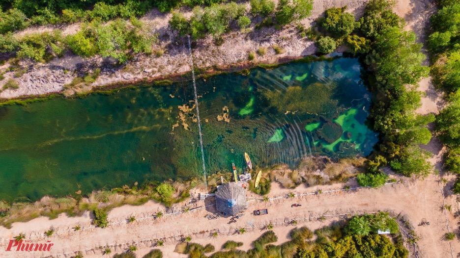 Nhưng có lẽ, với khu Cánh đồng bất tận, điều thú vị nhất chính là Hồ thiên nhiên với tảo trong xanh