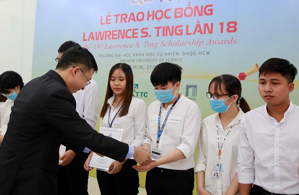 Ngày 27/8, 13 bạn sinh viên Trường đại học Khoa học tự nhiên TP.HCM được trao tặng học bổng Lawrence S. Ting. Ảnh: PMH