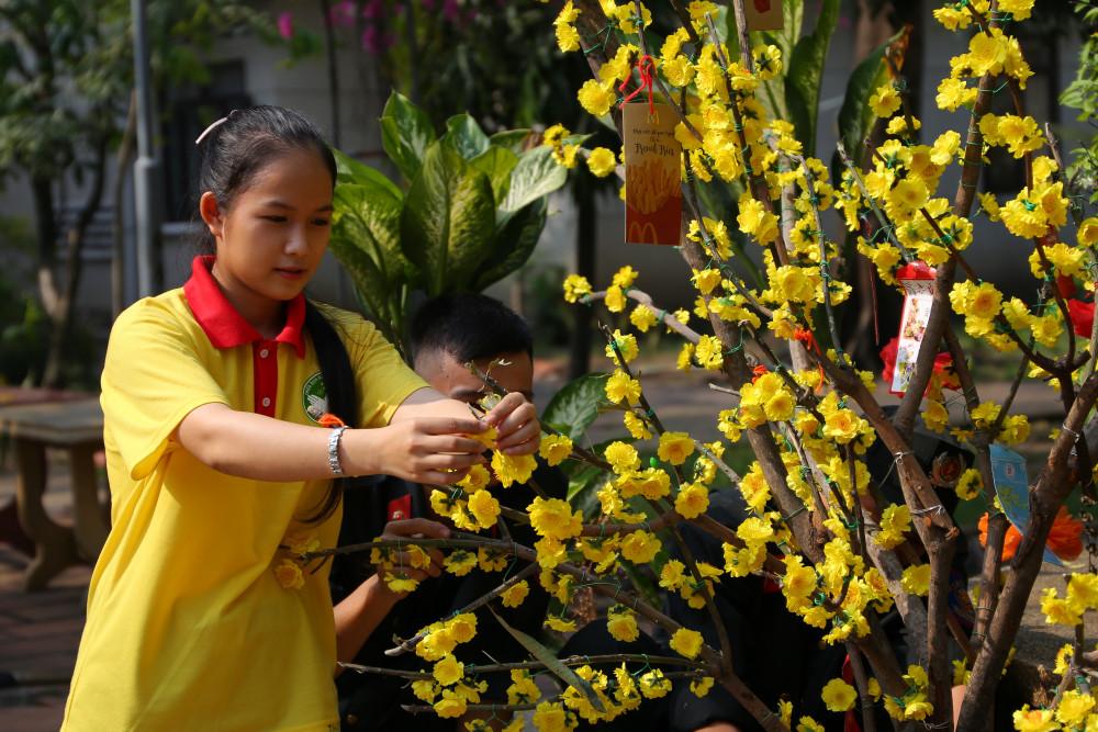 Sinh viên tham trang trí không gian Viện dưỡng lão Thị Nghè, Bình Thanh trước dịp Tết Canh Tý 2020.