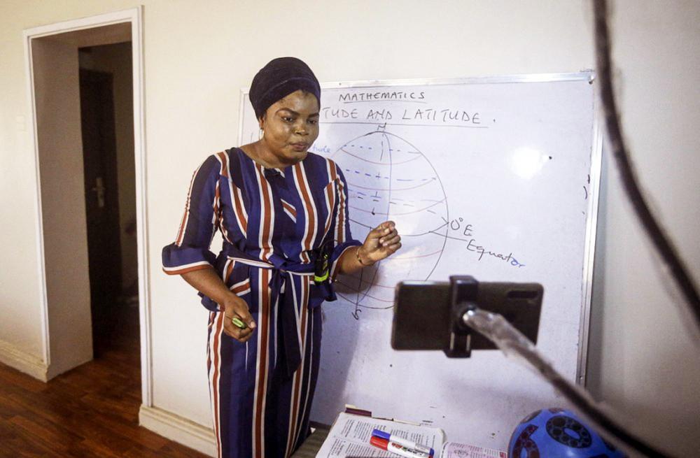 Cô Basirat Olamide Ajayi dạy trực tuyến qua điện thoại di động từ nhà mình ở Lagos, Nigeria