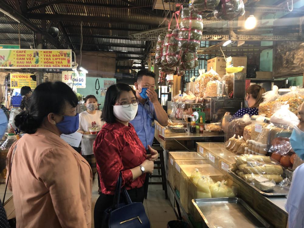 Bà Huyền Thanh cùng đoàn giám sát tại một quầy bán chà bông, giò, chả ở Chợ Thiếc. (Ảnh: Thanh Huyền).