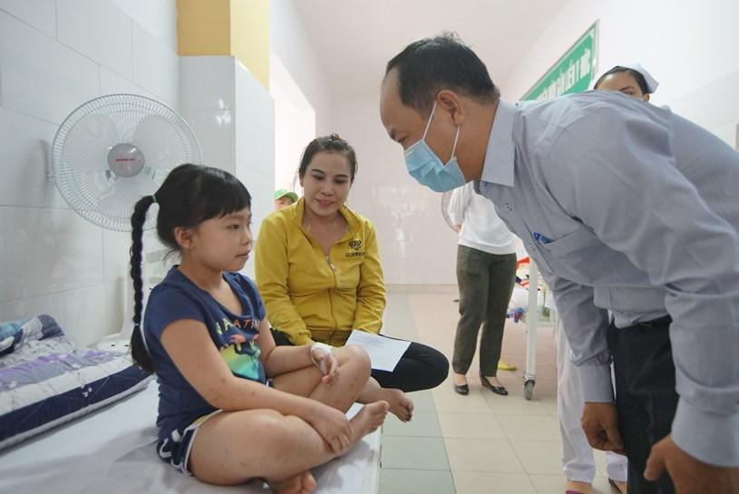 Lãnh đạo UBND quần 2 thăm hỏi học sinh đang được chăm sóc tại BV quận 2. ảnh: TTBC TP.HC