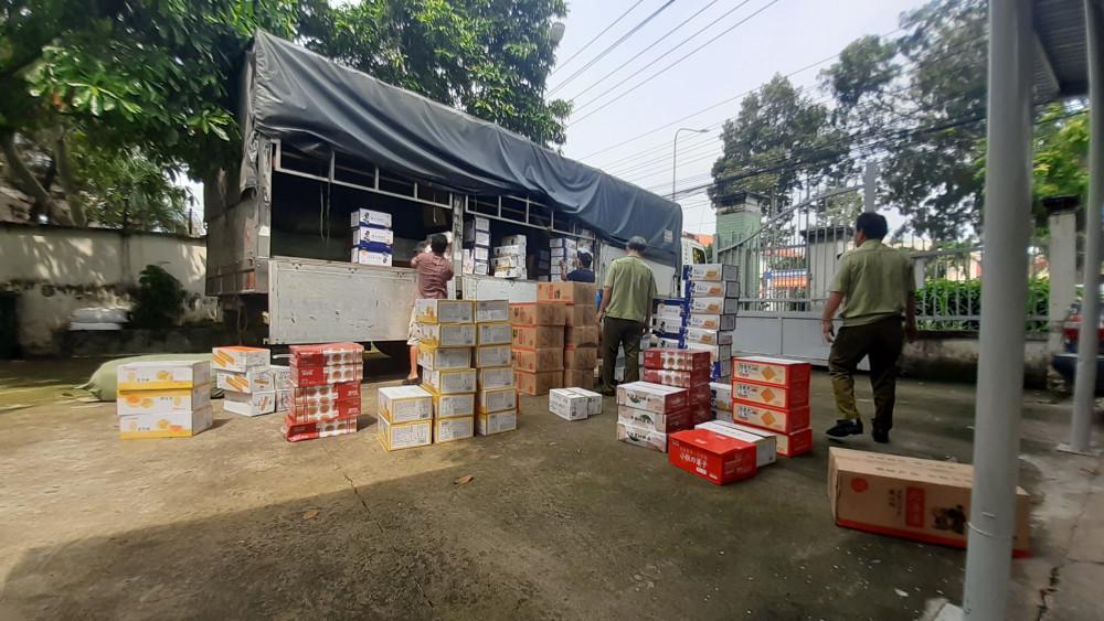 Gần 2 tấn bánh bông lan nghi nhập lậu được cất giấu trên xe tải
