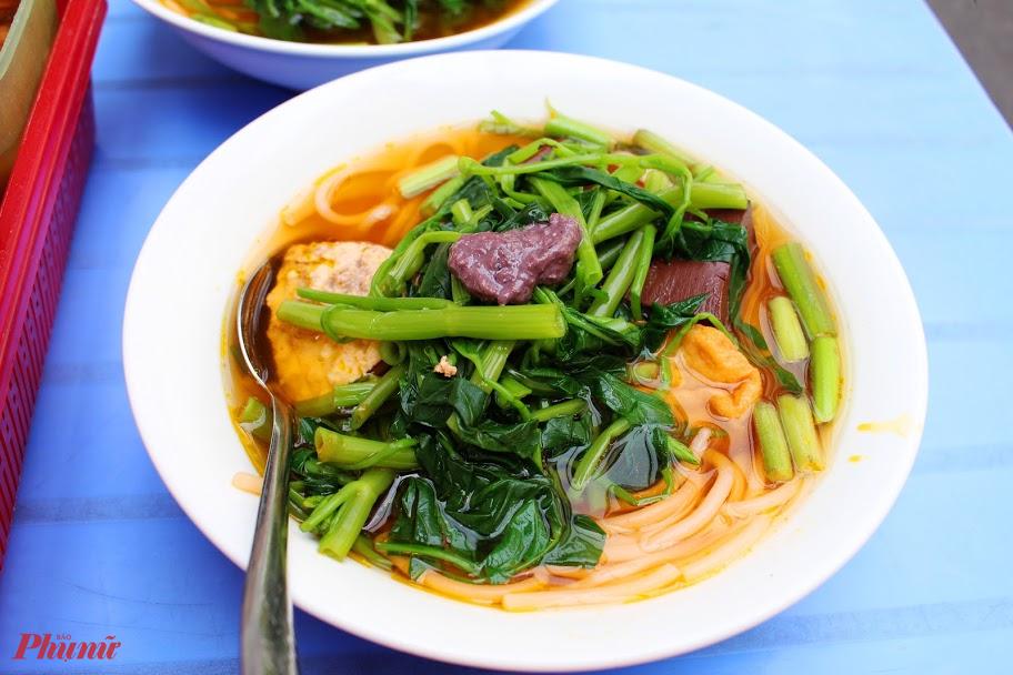 Đặc trưng của canh bún là phần rau muống luộc xanh mướt.
