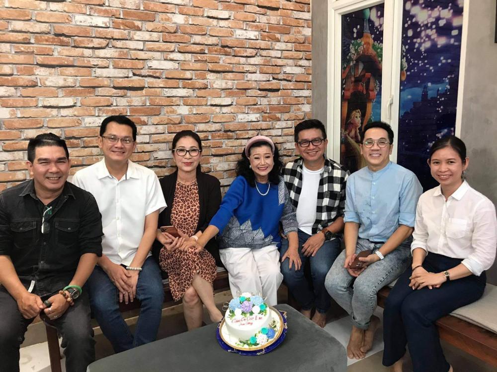 NSND Kim Xuân chụp ảnh lưu niệm cùng các nghệ sĩ trong buổi thu âm sáng 15/9