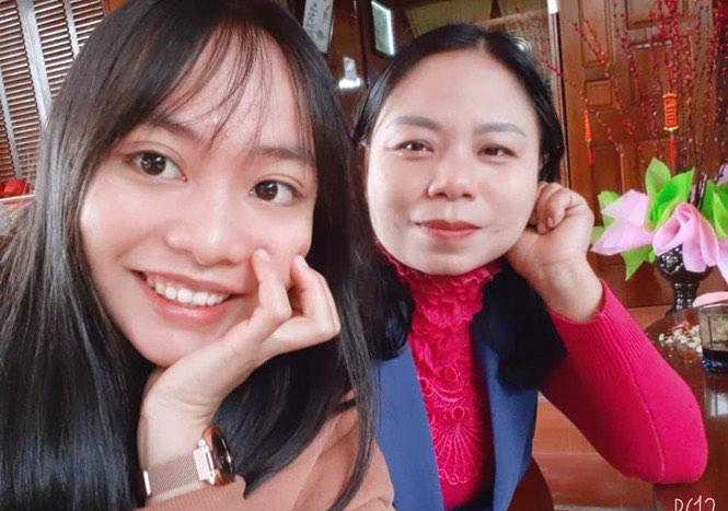 Thảo (bên trái) cùng cô giáo chủ nhiệm