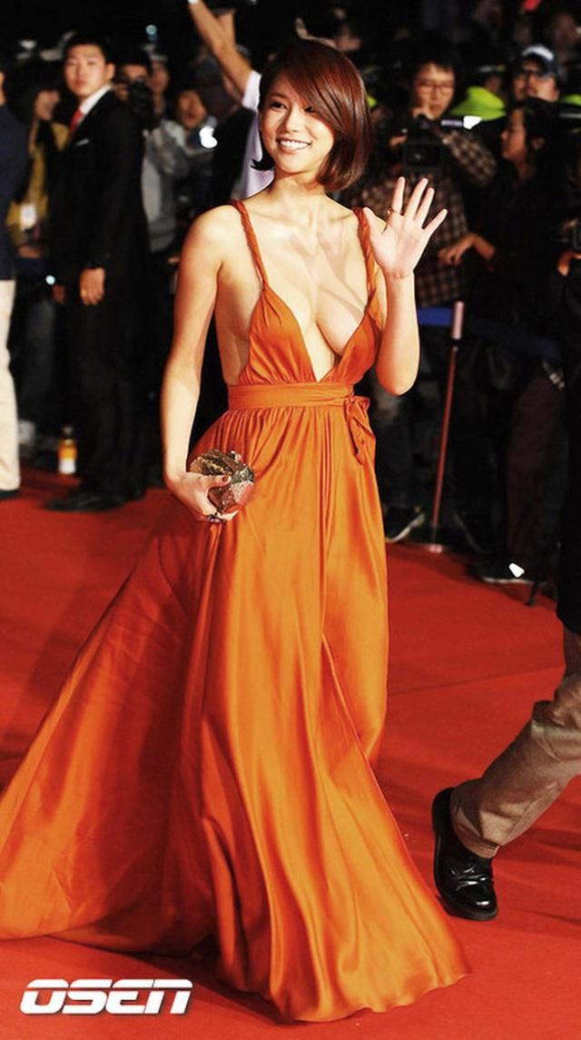 Chiếc váy cắt xẻ gợi cảm khiến Oh In Hye bị chỉ trích trong thời gian dài.