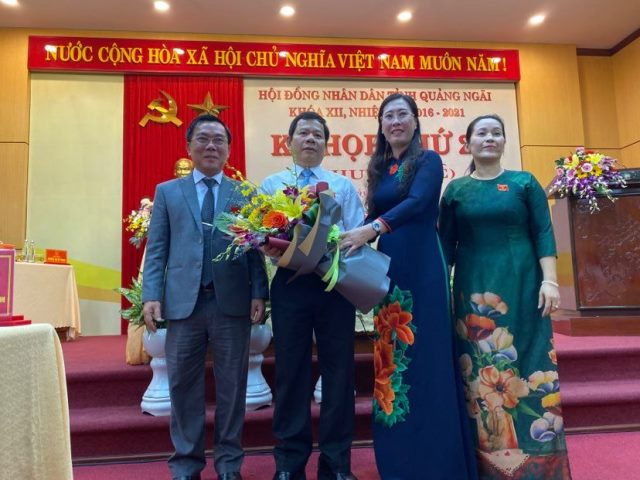 Ông Đặng Văn Minh nhận hoa chúc mừng khi được bầu làm chủ tịch UBND tỉnh Quảng Ngãi nhiệm kỳ 2016 -2021 - ảnh LP
