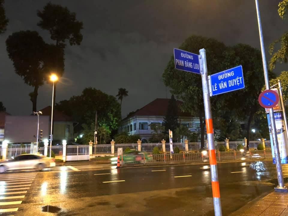 Ngã 3 Lê Văn Duyệt - Phan Đăng Lưu nhìn về phía Dinh Tỉnh trưởng Gia Định cũ, nay là trụ sở UBND quận Bình Thạnh - Ảnh: Lê Minh Hạ