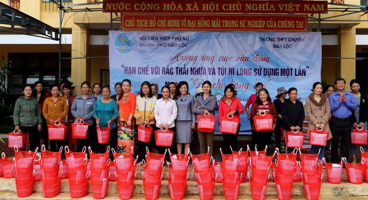 Hội LHPN TP.Bảo Lộc trao tặng 100 làn nhựa cho chị em phụ nữ xã Đại Lào