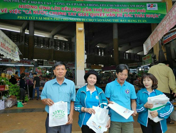 Hội Phụ nữ chợ Đà lạt phát túi vải miễn phí cho người đi chợ